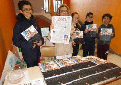 L'insegnante Silvia Girolami e gli studenti della Secondaria Fara